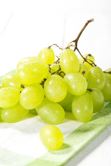 Bunch of grapes on napkin, close up - MAEF007196