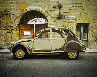 Italy, Old Citroen on street of Lecce - DIK000065