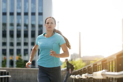 Jogger running in city - SU000007