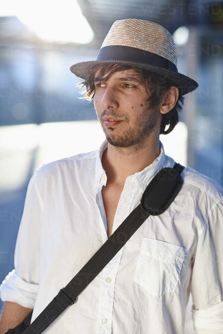 Germany, Bavaria, Landsberg, Mid adult man with shoulder bag, looking away - DSCF000097 - Daniel Schweinert/Westend61