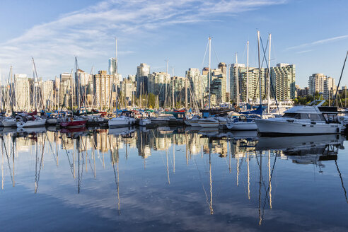 Canada, British Columbia, Vancouver, Marina with boats in front of skyscrapers - FO005199