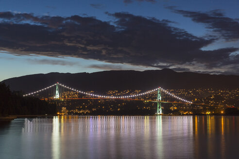 Canada, Vancouver, Lions Gate Bridge at night - FOF005231