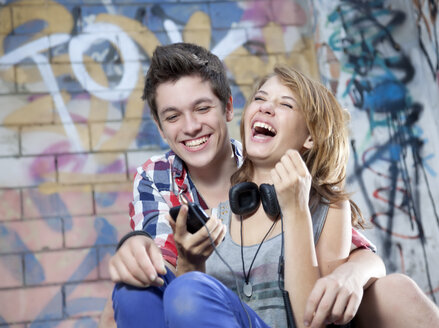 Germany, Berlin, Teenage couple laughing - MVC000006