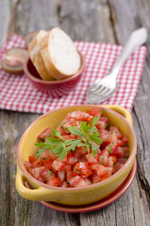 Tomatoe salad with basil and baguette on table, close up - OD000351