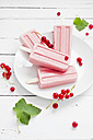 Studio, redcurrant popsicles, redcurrants on a white wooden table - CZF000069