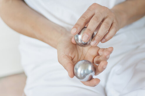 Traditional Chinese Medicine, TCM, female therapist with baoding balls - MJF000363