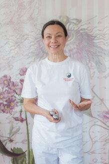 Traditional Chinese Medicine, TCM, female therapist with baoding balls - MJF000377