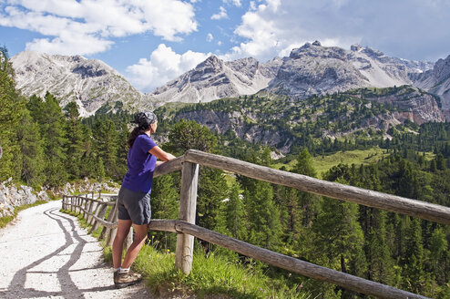 Italy, South Tyrol, Dolomites, Fanes-Sennes-Prags Nature Park, hiker looking at view - UM000645