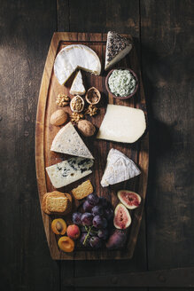Cheese platter with fruits and nuts - EC000311