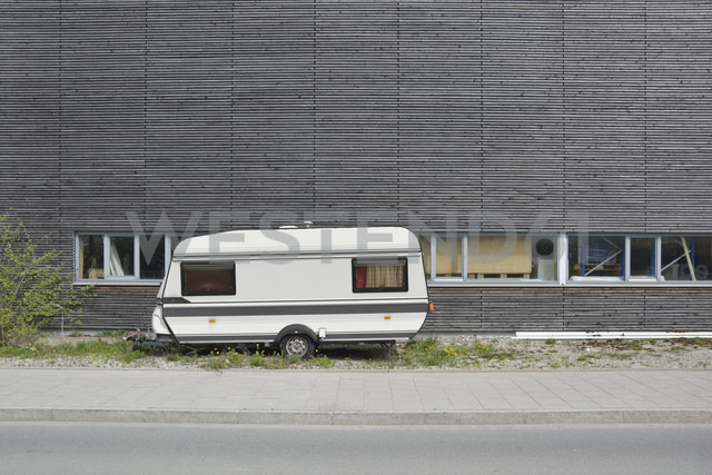 Caravan and wooden wall - AX000483