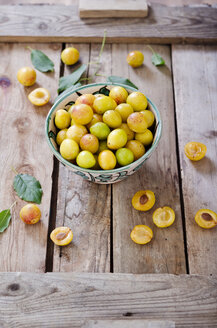 Mirabelles in a bowl on a wooden tray - CZF000083