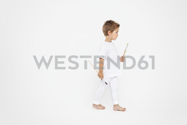 Toddler holding paint brushes - MVC000028 - Maartje van Caspel/Westend61