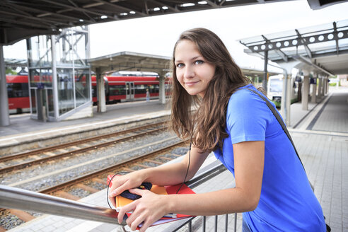 Germany, Thuringia, Sonneberg, Portait of a teenage girl waiting at the train station - VT000028