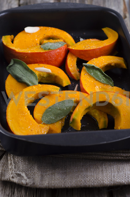 Baked pumpkin in tray, studio shot - ODF000475