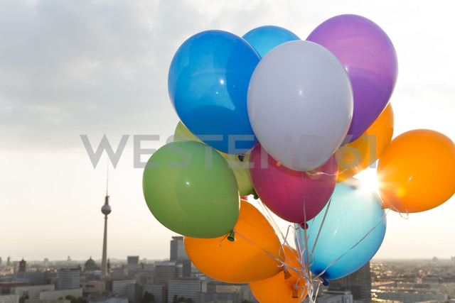 Germany, Berlin, View over city from rooftop terrace with balloons - FKF000261 - Florian Küttler/Westend61