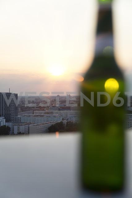 Germany, Berlin, Bottle of beer on balustrade - FKF000259 - Florian Küttler/Westend61