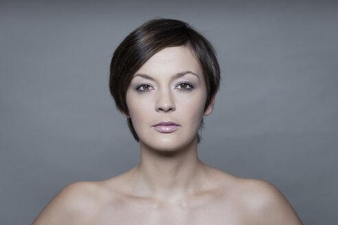 Portrait of young woman, studio shot - HR000003