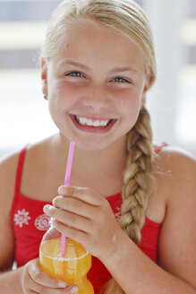 Smiling blond girl with soft drink - HR000018