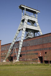 Germany, North Rhine Westphalia, Ruhr area, Herten, Hoheward tip, abandoned colliery Ewald with shaft tower - WI000096