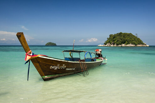 Thailand, Koh Lipe, Longtail boat at beach - RN001270