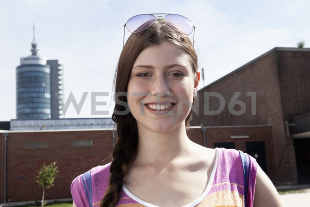 Germany, Bavaria, Munich, Smiling young woman outdoors, portrait - RBF001346 - Rainer Berg/Westend61