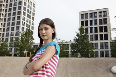 Germany, Bavaria, Munich, Brunette young woman outdoors - RBF001315