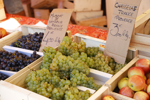 France, Provence, Cote d'Azur, Cavalaire, grapes at market - DHL000082
