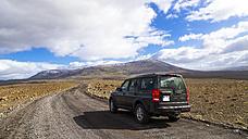Iceland, Sudurland, Car on highland road - STS000182