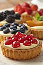 Pies with vanilla pudding and different fruits, studio shot - CSF020138