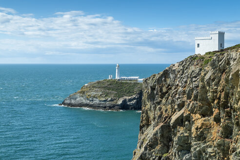 UK, Wales, Anglesey, Holy Island, cliff coast of South stack with lighthouse - ELF000535