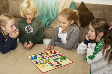 Four children playing ludo in living room - GD000214