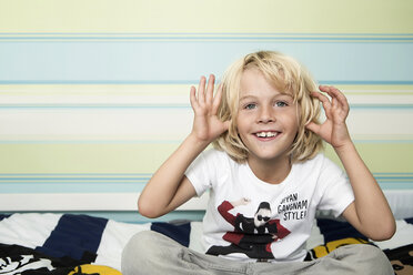 Mischievous blond boy on bed - GD000236