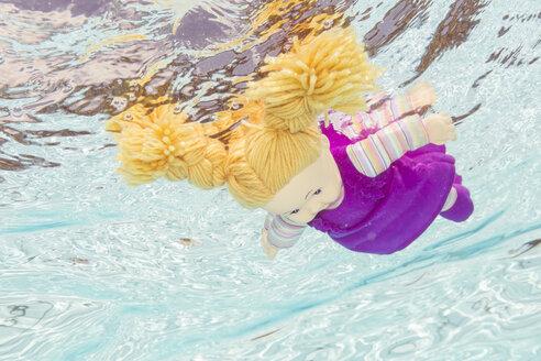 Doll under water - STB000081