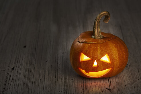 Halloween, pumpkin on wooden table - DSC000120