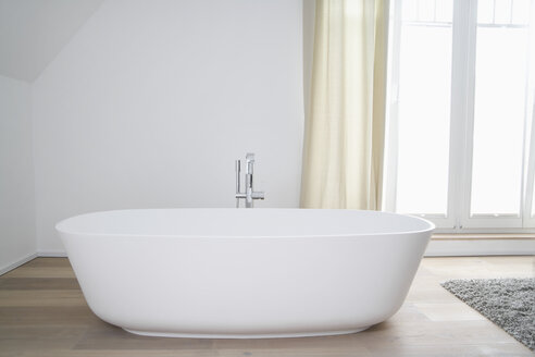 Germany, Cologne, bath tub - PDF000549