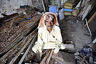 Pakistan, Punjab, Muzaffaragarh, carpenter at work - FLK000138