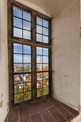 Germany, Bavaria, Landshut, View through window on Trausnitz castle - AM000985
