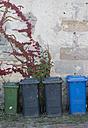 Germany, Fuerth, backyard, dustbins - HL000253