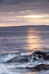 Irland, County Clare, Waves at the coast near Doolin - SRF000344