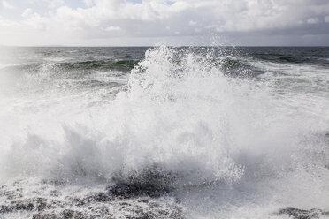Irland, Atlantc surf at the Northern coast - SRF000342