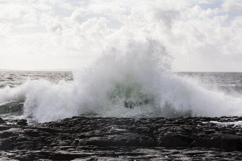 Irland, Atlantc surf at the Northern coast - SRF000340