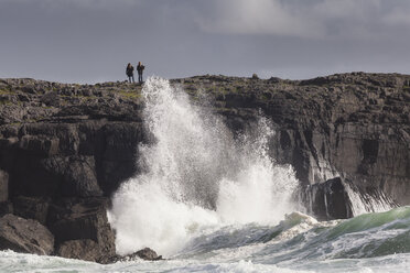 Irland, County Clare, Waves at the coast near Doolin - SR000339