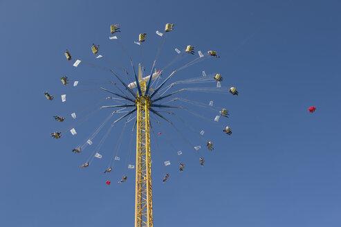 Germany, Bavaria, Munich, flying swing at Oktoberfest - CR002501