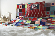 Bed with cushion and patchwork blanket - FS000324