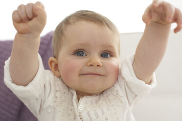 Smiling baby girl with outstrechted arms - FSF000020