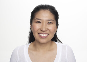 Portrait of smiling Asian woman, studio shot - FSF000084