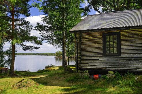 Sweden, Smaland, Kalmar laen, Vimmerby, Moeckern, wooden hut at lake - BT000023