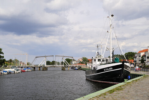 Germany, Mecklenburg-Western Pomerania, Greifswald, Wiecker bridge, wooden bascule bridge, river Ryck - BT000047