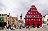 Germany, Mecklenburg-Western Pomerania, Greifswald, market square, cathedral St. Nikolai and town hall right - BT000057