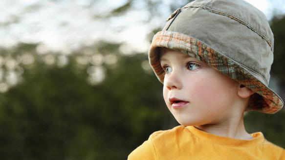 Portrait of little boy playing wearing sun hat - RDF001204